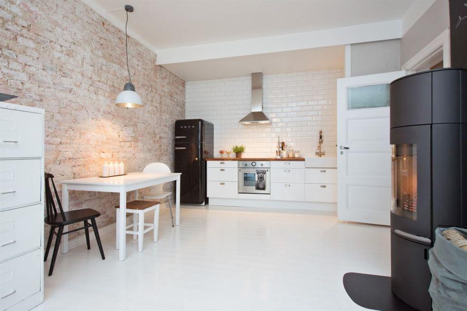 Kuchnia biała z cegłą