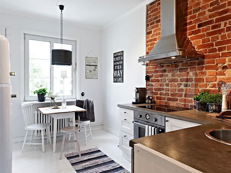 Sciana z cegły w kuchni stylowej