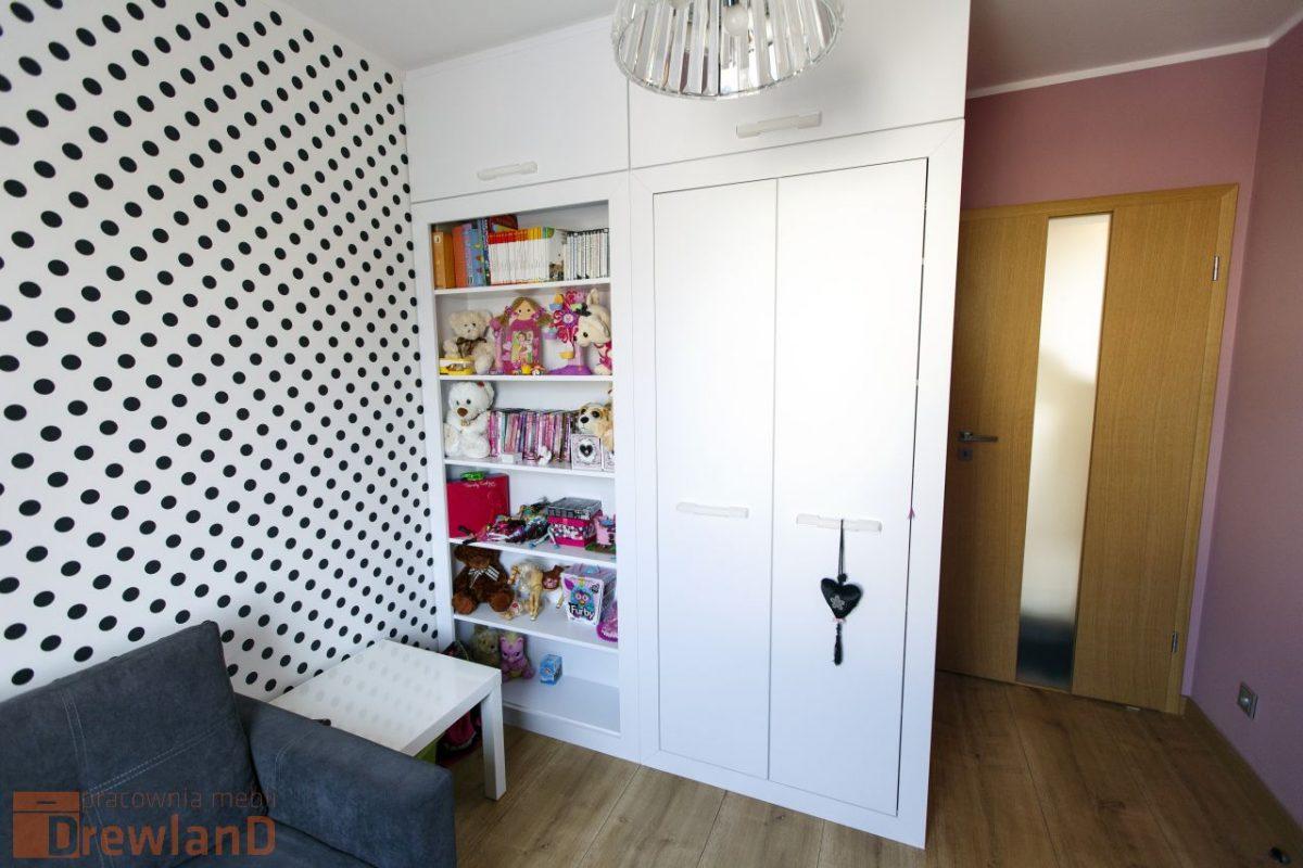 pokój dziewczynki z dekoracyjną tapetą