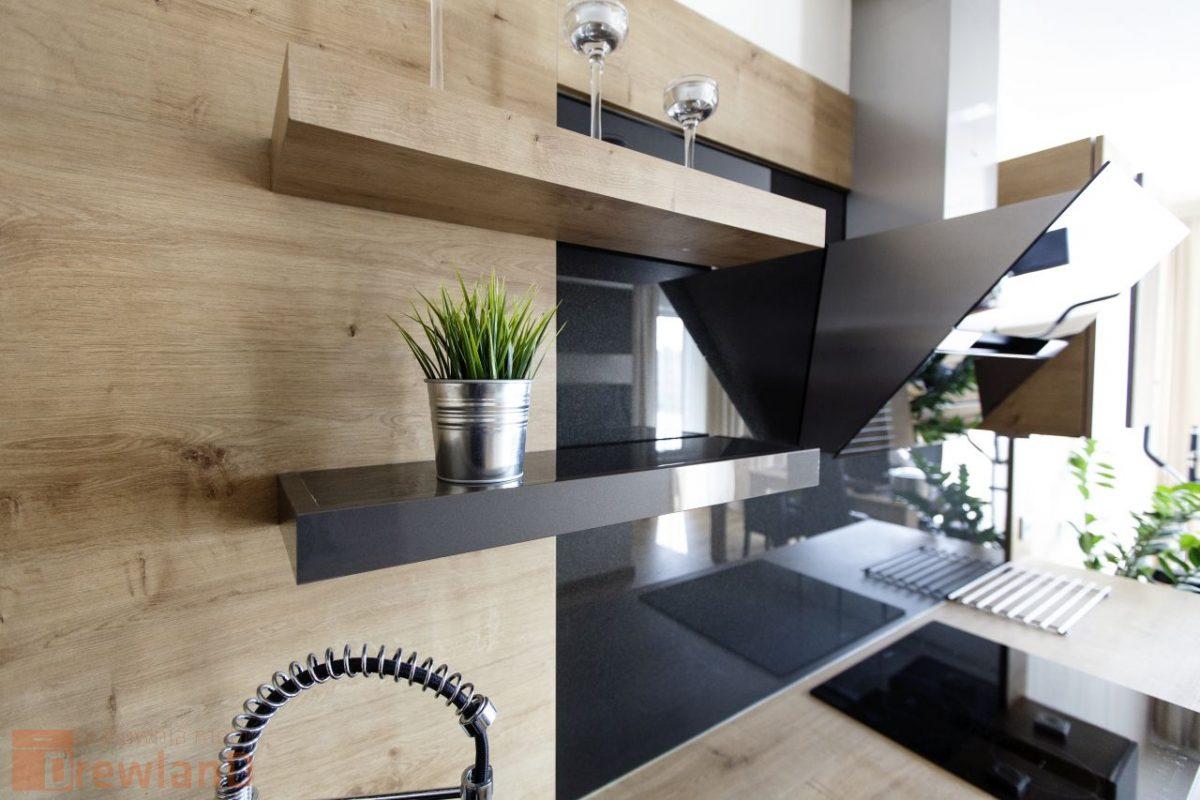 rośliny zielone w kuchni na półce